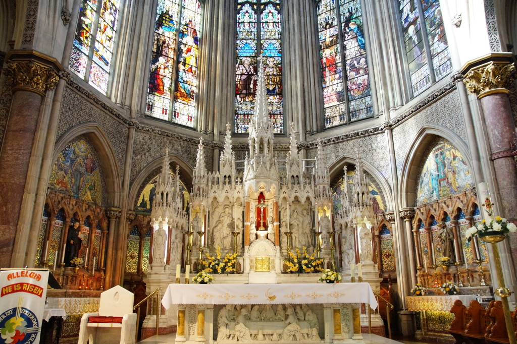 Ołtarz nie poraża, ale mozaika i witraże to małe dzieła sztuki każde